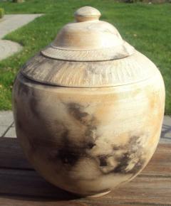 Bij een rookstook wordt er geen glazuur gebruikt, maar wordt de kale kleihuid van het werkstuk door het smoorproces diepzwart gekleurd.