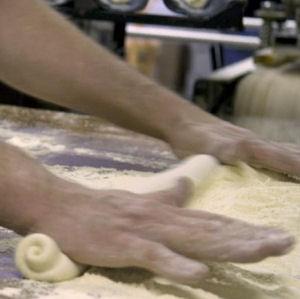 Zelf wegen, mengen, kneden, bewerken en vormen, laten rijzen en dan bakken.