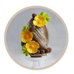 Een prachtexemplaar, zo'n chocolade paasei met choco-eitjes en bloemen. Deze maak je tijdens de 2,5 uur durende workshop.