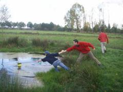 Een variant op het bekende golfspel, maar met veel humor. Anders dan bij het 'gewone' golf wordt boerengolf gespeeld in groepsverband.