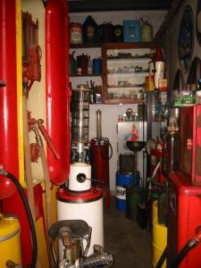 Behalve was- en strijkgereedschap, kunt u tevens kijken naar een collectie benzinepompen, oliekannen en bijbehorende geëmailleerde borden.