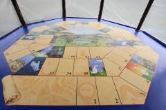Ganzenbordspel op de vloer van de Liempdse kiosk