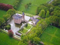 Er is alle reden om het fraai gelegen kasteel en zijn natuurlijke omgeving al dan niet individueel te ontdekken.
