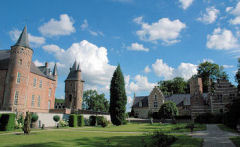 Maak op eigen gelegenheid, met de app 'Kasteel Heeswijk Spreekt'of met onze rondleiders een reis door de tijd.