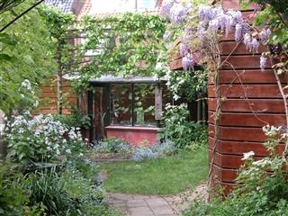 Bij ecologisch tuinieren gaat het om samenwerken met de natuur in je eigen tuin.