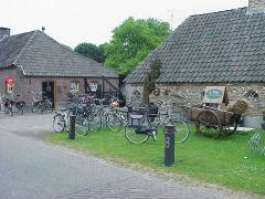 Deze oude buurtschap of herdgang is gelegen langs een vroegere, mogelijk Romeinse, heerbaan