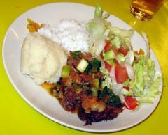 U maakt een vegetarisch viergangen diner met groenten, bloemen en fruit in alle kleuren van de regenboog.