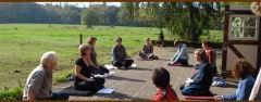Meditatie heeft tot doel de geest tot rust te brengen, inzicht te ontwikkelen, bewust en met aandacht te leven.