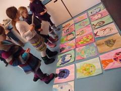 Ben jij tussen de 6 en 10 jaar oud? Vind je het leuk om naar kunstwerken te kijken, maar vooral ook om zelf kunstwerkjes te maken?